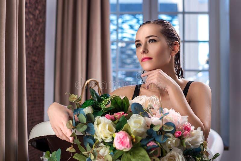 Χαλάρωση γυναικών στο λουτρό με τα λουλούδια, οργανική φροντίδα δέρματος, luxury spa ξενοδοχείο, φωτογραφία τρόπου ζωής στοκ φωτογραφία με δικαίωμα ελεύθερης χρήσης
