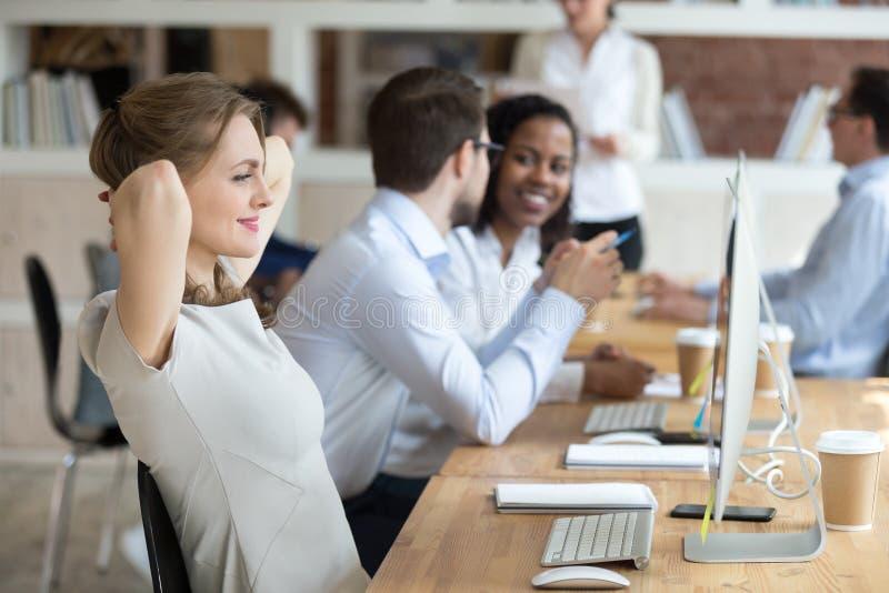 Χαλάρωση επιχειρηματιών χαμόγελου που κλίνει πίσω στην καρέκλα γραφείων στοκ εικόνες με δικαίωμα ελεύθερης χρήσης