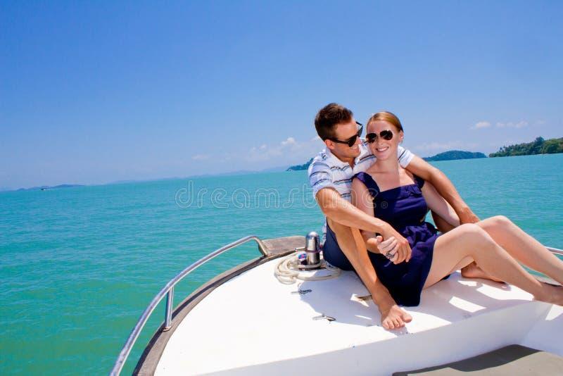 Χαλάρωση ζεύγους σε μια βάρκα στοκ φωτογραφία
