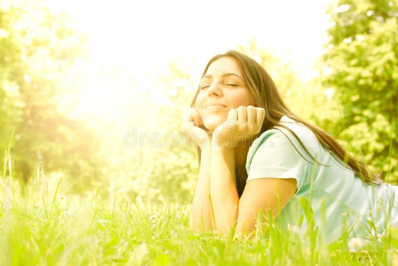 Χαλάρωση κοριτσιών ομορφιάς στη φύση στοκ εικόνες