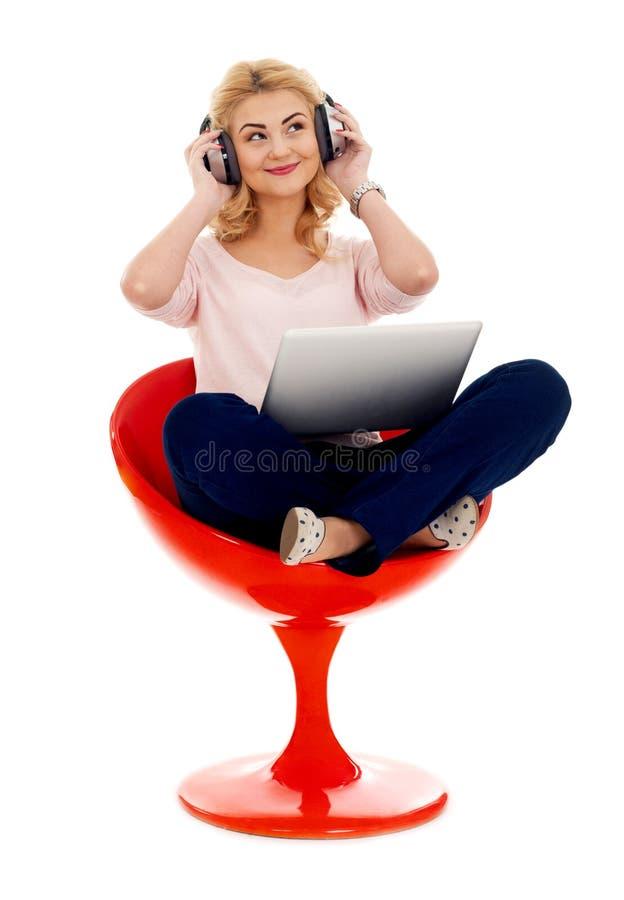 Χαλάρωση με τα ακουστικά και το lap-top στοκ εικόνες