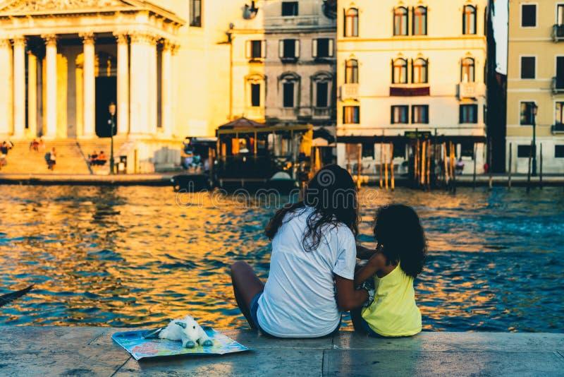 Χαλάρωση μητέρων και κορών σε ένα ηλιοβασίλεμα στη Βενετία, Ιταλία στοκ φωτογραφίες με δικαίωμα ελεύθερης χρήσης