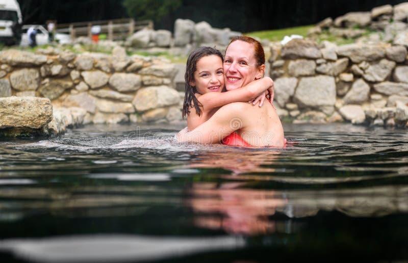 Χαλάρωση μητέρων και κορών στη φυσική θερμική ρωμαϊκή SPA νερού στοκ φωτογραφία με δικαίωμα ελεύθερης χρήσης