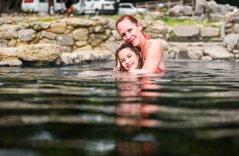 Χαλάρωση μητέρων και κορών στη φυσική θερμική ρωμαϊκή SPA νερού στοκ φωτογραφίες με δικαίωμα ελεύθερης χρήσης