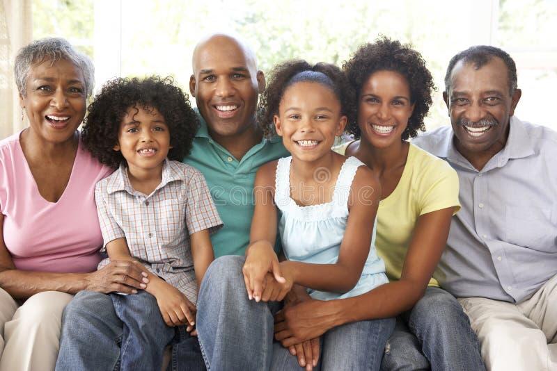 Χαλάρωση πολυμελούς οικογένειας στον καναπέ στο σπίτι από κοινού στοκ φωτογραφίες