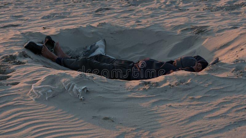 Χαλάρωση στην παραλία στο ηλιοβασίλεμα στοκ φωτογραφία με δικαίωμα ελεύθερης χρήσης