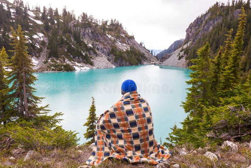 Χαλάρωση στη λίμνη βουνών στοκ εικόνα με δικαίωμα ελεύθερης χρήσης