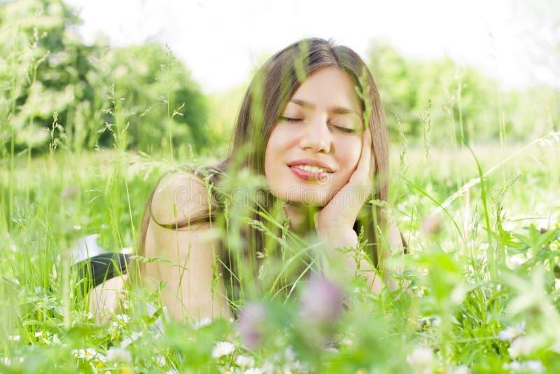 χαλάρωση φύσης κοριτσιών &omicr στοκ φωτογραφίες