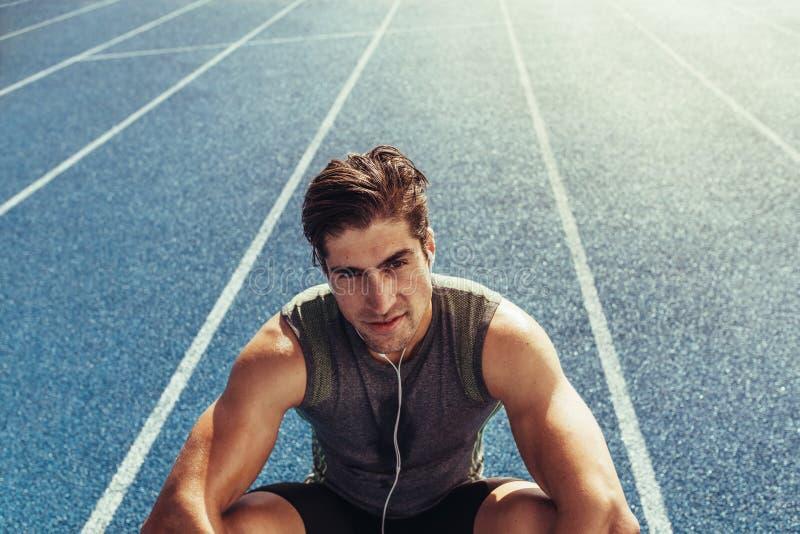 Χαλάρωση Sprinter στο τρέξιμο της διαδρομής στοκ εικόνες