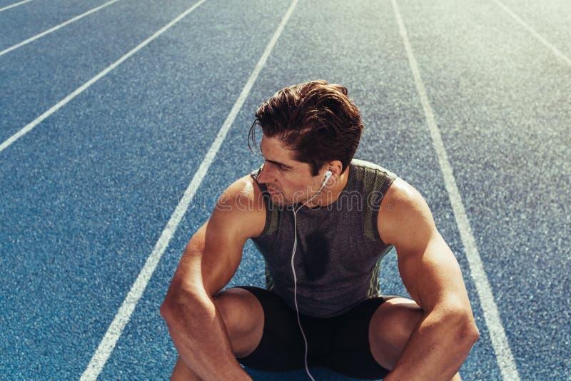 Χαλάρωση Sprinter στο τρέξιμο της διαδρομής στοκ φωτογραφία