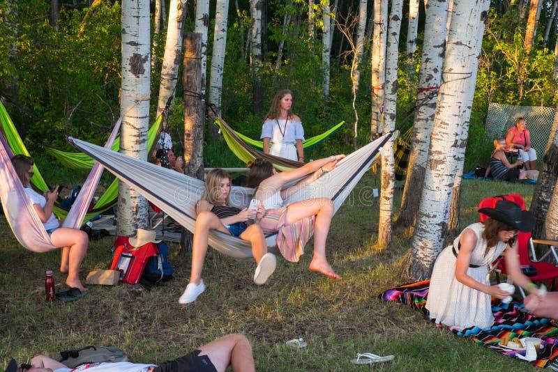 Χαλάρωση Teens στις αιώρες Winnipeg στο λαϊκό φεστιβάλ 2019 στοκ φωτογραφίες με δικαίωμα ελεύθερης χρήσης