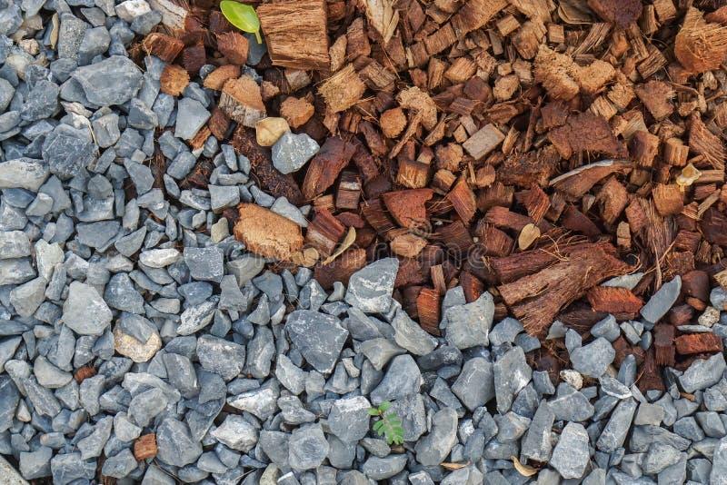 Χαλίκια και κοΐρ καρύδων για τη φύτευση της προετοιμασίας στον εγχώριο κήπο στοκ εικόνα