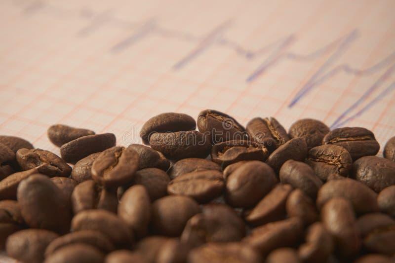 Χαλαρά ψημένα φασόλια καφέ σε μια επισήμανση ECG στοκ φωτογραφίες με δικαίωμα ελεύθερης χρήσης