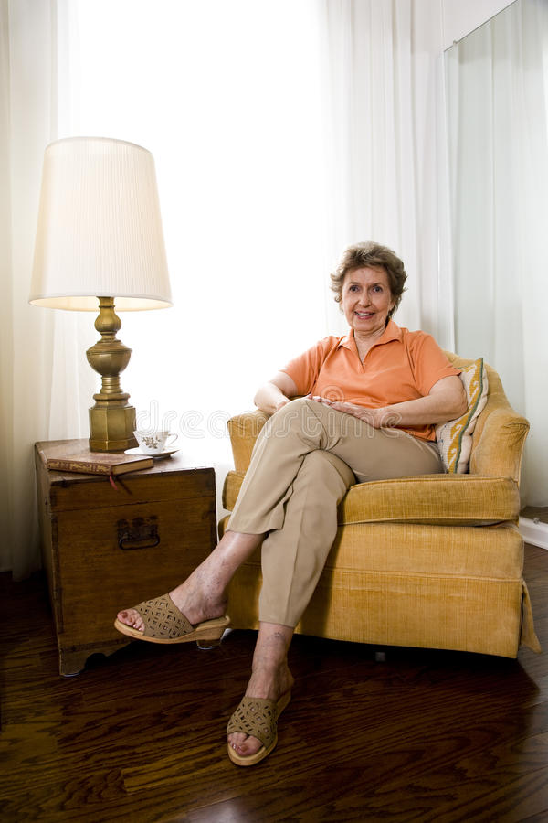 Χαλαρωμένη ηλικιωμένη γυναίκα στοκ εικόνες