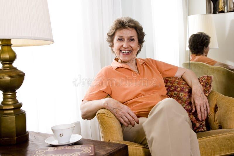 Χαλαρωμένη ηλικιωμένη γυναίκα στοκ φωτογραφίες