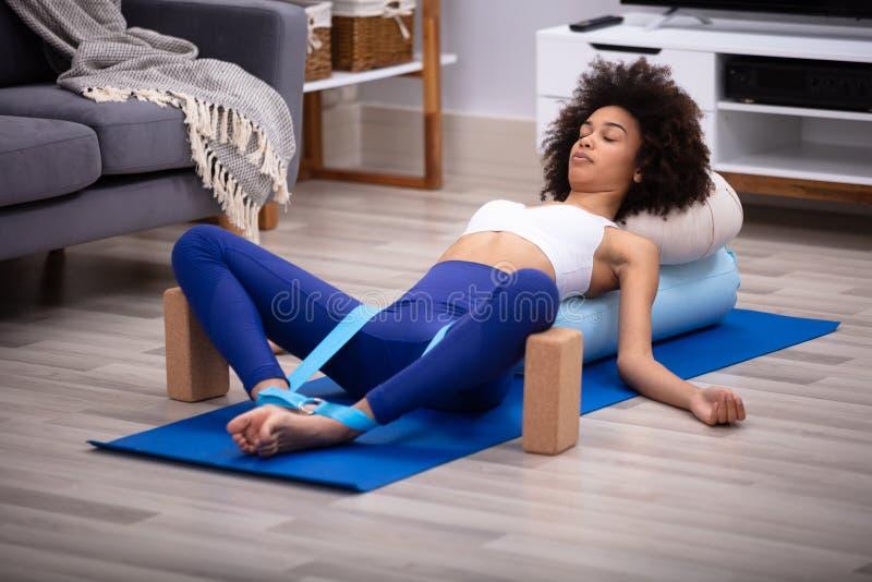 Χαλαρωμένη νέα γυναίκα που κάνει την άσκηση στοκ εικόνα