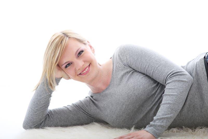 χαλαρωμένη χαμογελώντας γυναίκα στοκ φωτογραφία