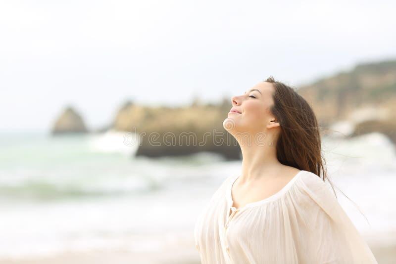 Χαλαρωμένος καθαρός αέρας γυναικείας αναπνοής στην παραλία στοκ εικόνες με δικαίωμα ελεύθερης χρήσης