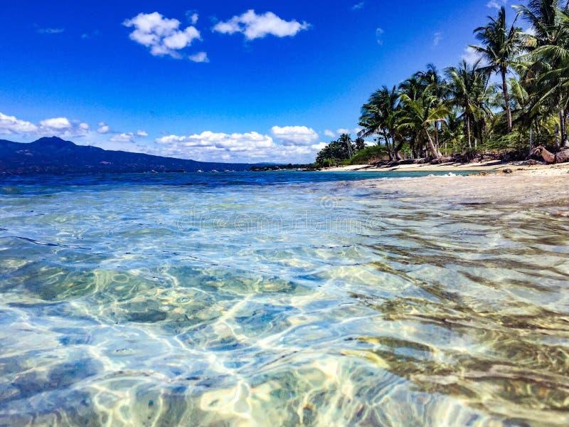 Χαλαρώνοντας άποψη του κόστους νησιών του Κεμπού από το cristal νερό στοκ εικόνες