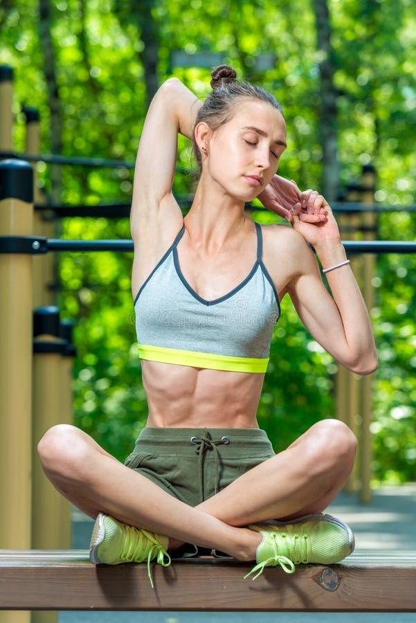 χαλαρώνοντας αθλητικό κορίτσι κατά τη διάρκεια διακοπών, πορτρέτο στον αθλητισμό στοκ φωτογραφία