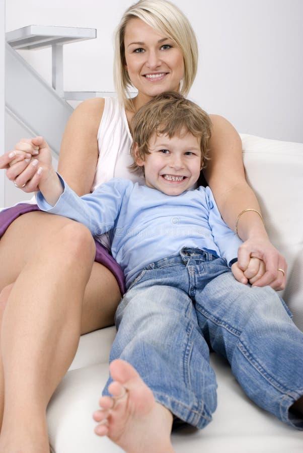 χαλαρώνοντας γιος μητέρω& στοκ φωτογραφία με δικαίωμα ελεύθερης χρήσης