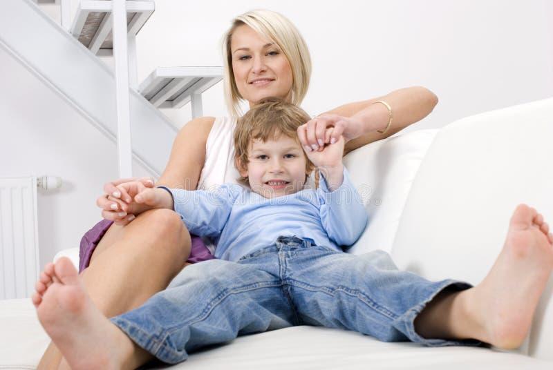 χαλαρώνοντας γιος μητέρω& στοκ φωτογραφίες