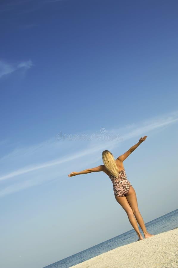 χαλαρώνοντας γυναίκα παρ στοκ φωτογραφίες