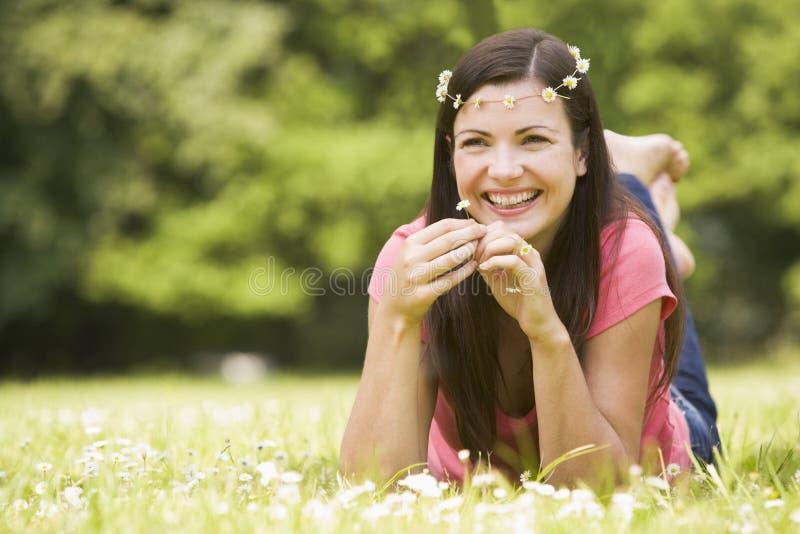 χαλαρώνοντας γυναίκα πεδίων μαργαριτών στοκ εικόνες
