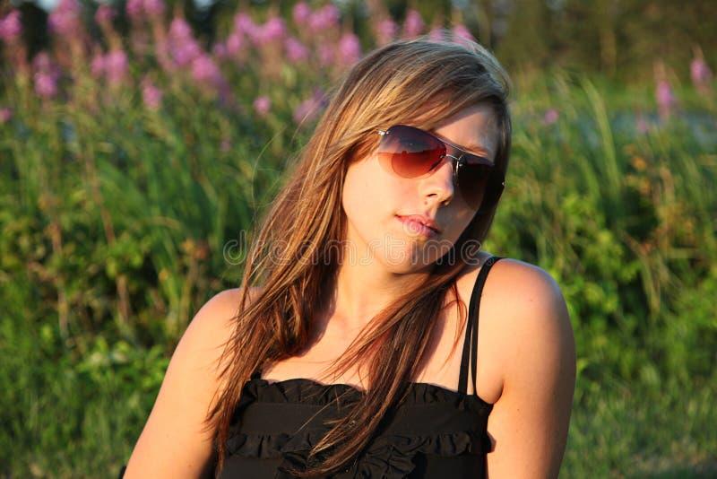χαλαρώνοντας γυναίκα πε&de στοκ εικόνα με δικαίωμα ελεύθερης χρήσης