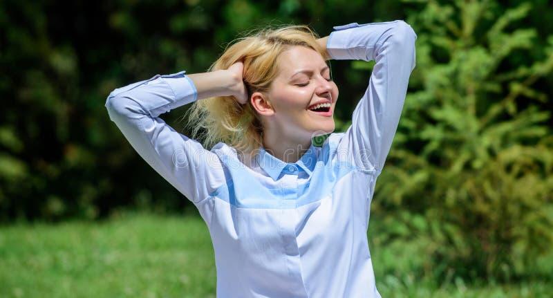 Χαλαρώνοντας περισυλλογή άσκησης γυναικών Κάθε μέρα περισυλλογή Οι λόγοι εσείς πρέπει meditate κάθε μέρα Ξεκαθαρίστε τις σκέψεις  στοκ εικόνα με δικαίωμα ελεύθερης χρήσης