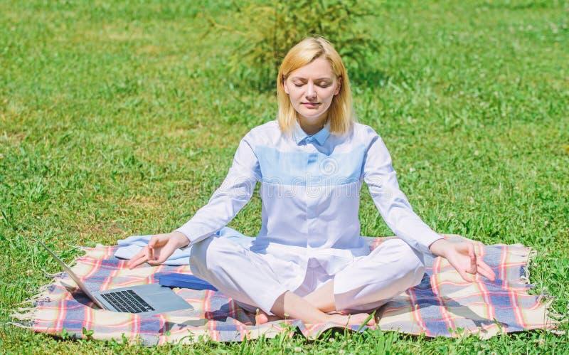 Χαλαρώνοντας περισυλλογή άσκησης γυναικών Κάθε μέρα περισυλλογή Οι λόγοι εσείς πρέπει meditate κάθε μέρα Ξεκαθαρίστε τις σκέψεις  στοκ εικόνες