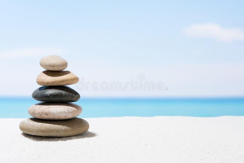 Χαλαρώνοντας στην τροπική παραλία, με την άσπρους άμμο και το σωρό των πετρών στοκ φωτογραφία με δικαίωμα ελεύθερης χρήσης