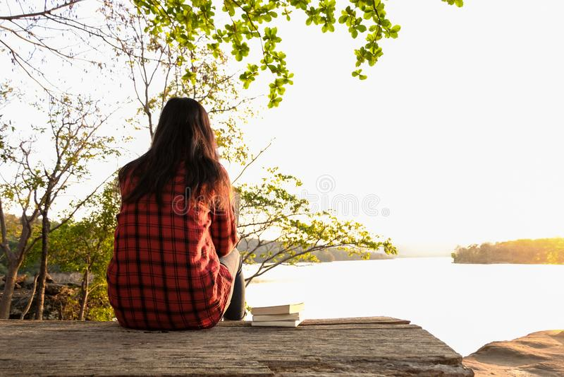 Χαλαρώνοντας στιγμές, νέα γυναίκα που διαβάζουν ένα βιβλίο στο υπόβαθρο φύσης Σόλο χαλάρωση, χρώμα του τόνου Hipster στοκ φωτογραφίες