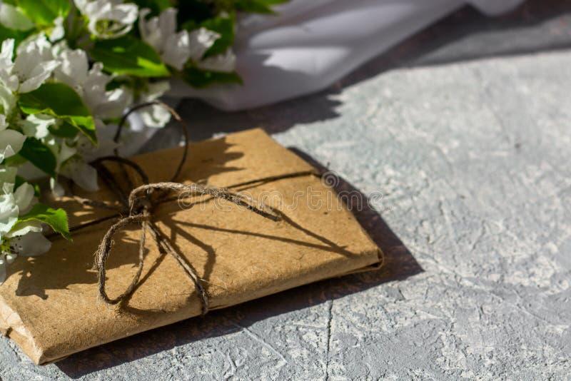 Χαλαρώνοντας χρόνος και ευτυχία με το φλυτζάνι του τσαγιού με μεταξύ του φρέσκου λουλουδιού άνοιξη στοκ φωτογραφία με δικαίωμα ελεύθερης χρήσης