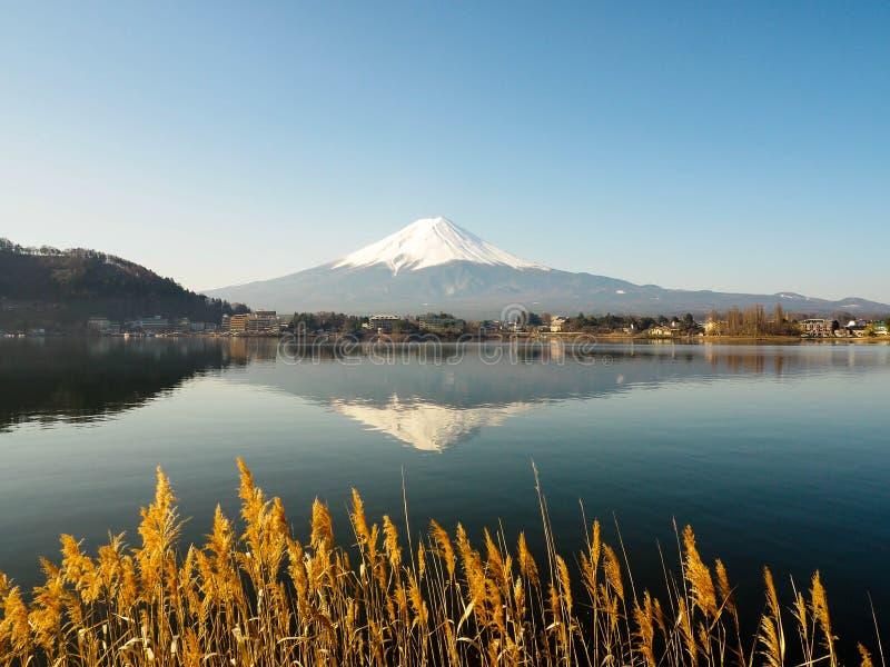 Χαλαρώνοντας χρόνος με την απεικονίζοντας θέα βουνού στοκ φωτογραφίες