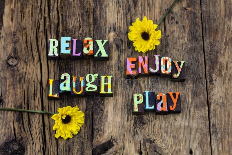 Χαλαρώστε απολαμβάνει γέλιου ευτυχή διασκέδαση αγάπης παιχνιδιού τη ζωντανή στοκ φωτογραφία με δικαίωμα ελεύθερης χρήσης