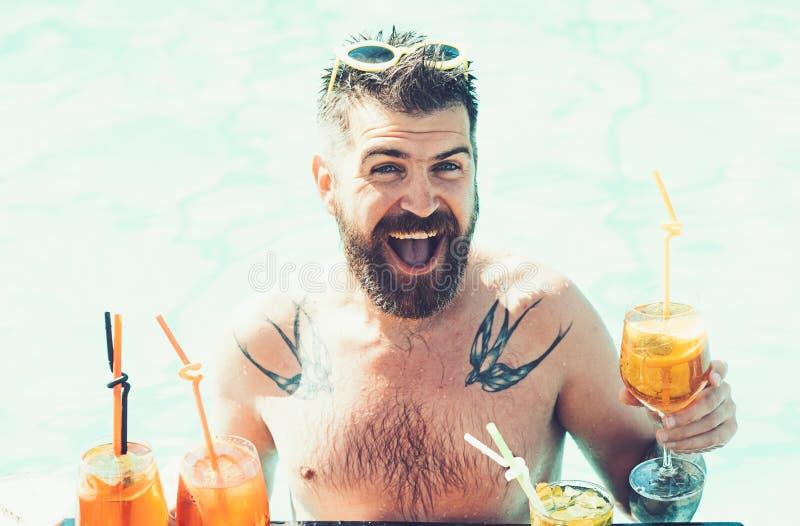 Χαλαρώστε εν πλω και θέρετρο SPA Κόμμα κοκτέιλ με το γενειοφόρο άτομο στη λίμνη Κόμμα λιμνών με το hipster στο μπλε νερό άτομο στοκ φωτογραφία