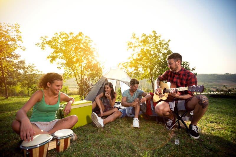 Χαλαρώστε με τη μουσική και την καλή επιχείρηση στοκ εικόνα