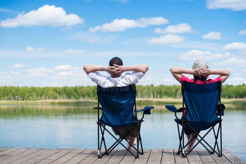Χαλαρώστε στις καρέκλες από το νερό, στρατοπεδεύοντας στη φύση στοκ φωτογραφία με δικαίωμα ελεύθερης χρήσης