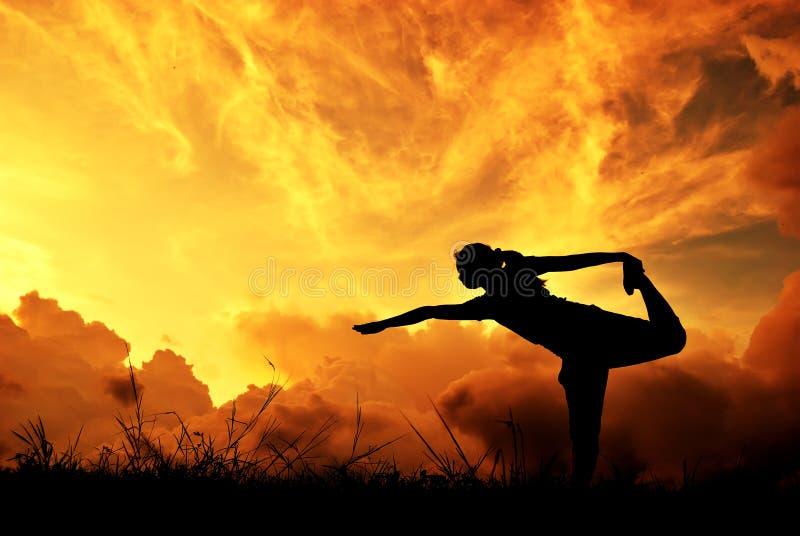 χαλαρώστε τη γιόγκα γυναικών ηλιοβασιλέματος σκιαγραφιών στοκ φωτογραφίες με δικαίωμα ελεύθερης χρήσης