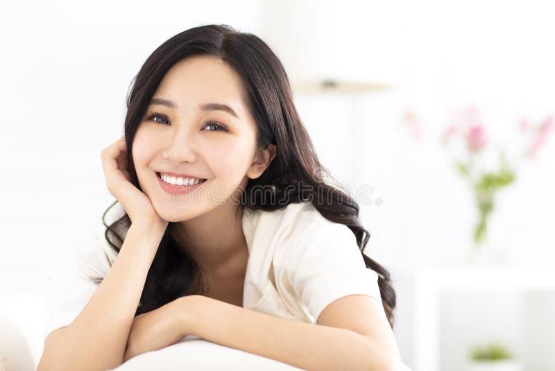 χαλαρώστε τις νεολαίες γυναικών καναπέδων στοκ φωτογραφία με δικαίωμα ελεύθερης χρήσης
