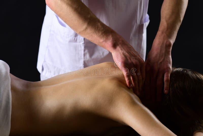 Χαλαρώστε το προκλητικό ζεύγος χαλαρώνει στη SPA ο άνδρας χαλαρώνει το μασάζ για τη γυναίκα η γυναίκα χαλαρώνει στο κέντρο SPA Στ στοκ εικόνες