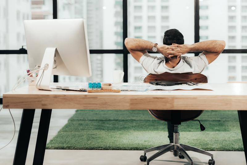 Χαλαρώστε το χρόνο Επιτυχής επιχειρηματίας που χαλαρώνει και που στηρίζεται μετά από τη συνεδρίαση και σκληρά που εργάζεται στο σ στοκ φωτογραφίες με δικαίωμα ελεύθερης χρήσης
