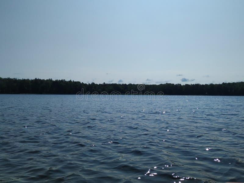 Χαλαρώστε το χρόνο στην άσπρη λίμνη στοκ φωτογραφία