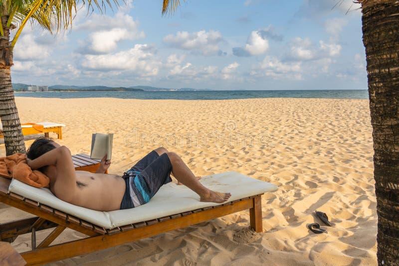 Χαλαρώστε το χρόνο στην παραλία με το βιβλίο στοκ φωτογραφία με δικαίωμα ελεύθερης χρήσης