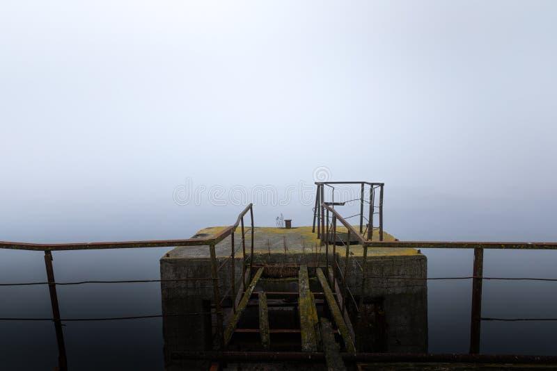 Χαλασμένη αποβάθρα στην υδρονέφωση στο πρωί στοκ φωτογραφίες