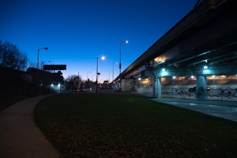 Χαλικώδης σκοτεινή γέφυρα εθνικών οδών του Σικάγου κατά τη διάρκεια του λυκόφατος στοκ εικόνα