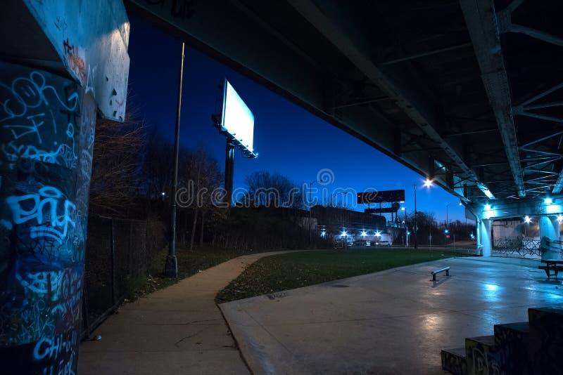 Χαλικώδης σκοτεινή γέφυρα εθνικών οδών του Σικάγου με τα γκράφιτι τη νύχτα στοκ φωτογραφία