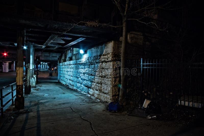 Χαλικώδης σκοτεινή οδός πόλεων του Σικάγου τη νύχτα στοκ φωτογραφία με δικαίωμα ελεύθερης χρήσης