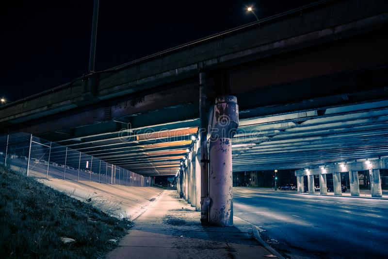 Χαλικώδης σκοτεινή υπόγεια διάβαση οδών γεφυρών εθνικών οδών πόλεων τη νύχτα στοκ φωτογραφία